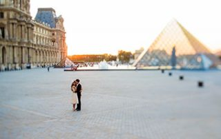 couple kissing in Paris after elopement