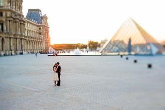 couple kissing in Paris after elopement