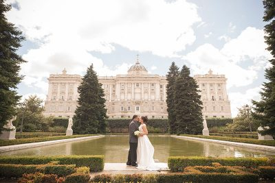Colossal and intimate elopement in Sabatini Gardens, Madrid